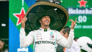 Lewis Hamilton firar.