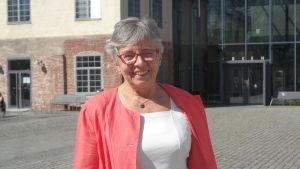 Kansler Ulrika Wolf-Knuts framför Åbo Akademis Arken