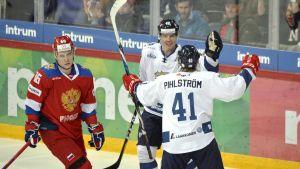 Miro Heiskanen och Antti Pihlström firar mål.