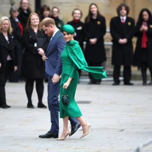 Prinssi Harry kävelee rinnallaan herttuatar Meghan.
