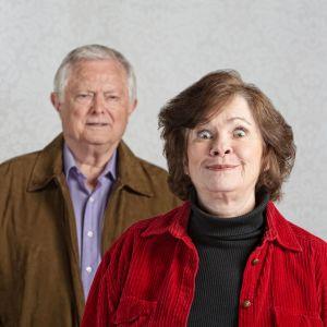 Uppspelt äldre kvinna och småleende äldre man