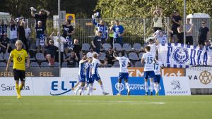 HJK-spelare firar mål framför fansen.