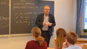 Roskn´ Rolls verkställande direktör Jukka Paavilainen besöker Ekenäs högstadieskola.