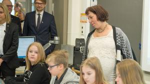 Estlands undervisnings- och forskningsminister Mailis Reps besökte Latokartanon peruskoulu under presidentens statsbesök i Finland.