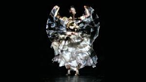 Tero Saarinen tanssii teostaan Hunt