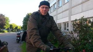 Göran Ekström från Vasa Miljöförening cyklar i ur och skur