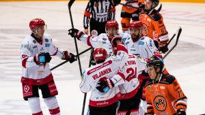 Vasa Sport-spelare firar mål mellan besvikna HPK-lirare.