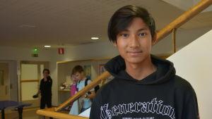 En pojke i en skola.