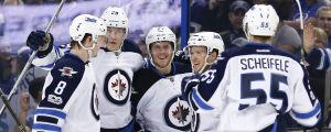 Winnipeg Jets spelare firar mål.