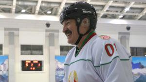 Aleksandri Lukasjenko skrattar.