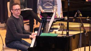 Musiklärare Johan Sundqvist vid flygeln.