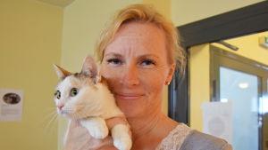 Pirkko Sonck äger katterna i kattkafet i vik, katten heter Patzmal
