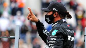 Lewis Hamilton firar seger.