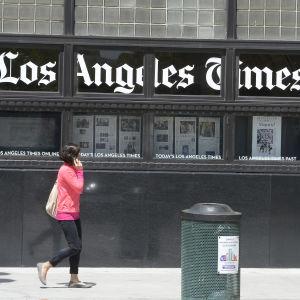 En kvinna promenerar utanför Los Angeles Times byggnad i Los Angeles.