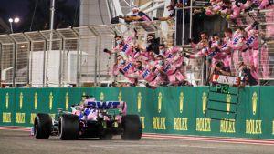 Sergio Perez kör förbi jublande mekaniker.
