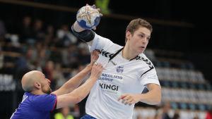 Max Granlund försöker göra mål mot Ryssland i VM-kvalet i handboll.