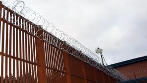 Staket med taggtråd och kameraövervakning vid fängelset i Vanda.