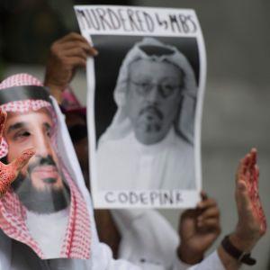 En demonstrant utklädd till Mohammad bin Salman, med blod på händerna, protesterade utanför Saudiarabiens ambassad i Washington i måndags.