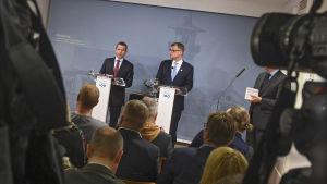 Juha Sipilä och Petteri Orpo håller presskonferens under regeringskrisen