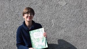 """Författaren Päivi Kataja med sin bok """"Hemulin Kasvio""""."""