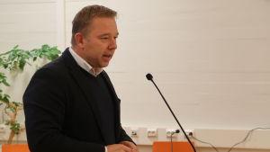 Niklas Guseff vid talarstolen.