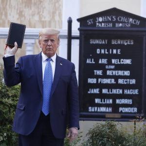 Trump pitelee Raamattua kädessään.