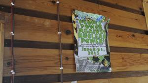 Anti-kärnkraftsaffisch på väggen inne i sommarstuga, som aktivister tagit över, på Hanhikivi