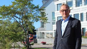 Stadsdirektör Denis Strandell och hunden Melker på Regattastranden i Hangö