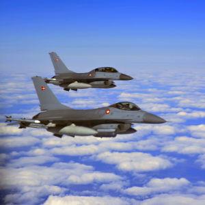 Norska militärflygplan av modellen F-16C fighter flyger ovanför molnen under krigsövningen Artic Challange i maj 2019.