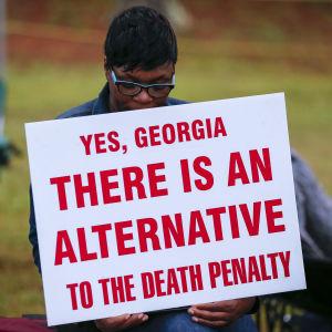 Demonstrant med skylt för alternativ till dödsstraff i Georgia, USA