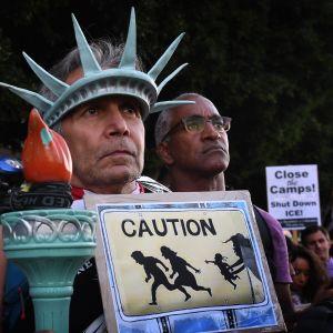 En demonstrant bar frihetsgudinnans krona då han deltog i en demonstration mot regeringens flykting- och invandrarpolitik i Los Angeles i juli 2019.