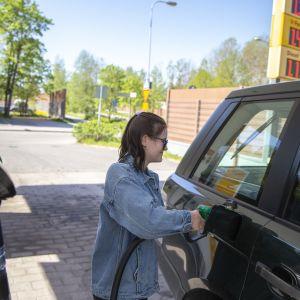 Aletta Salo tankkaamassa Vartiokylän Shellillä.