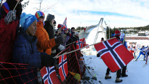 Norska flaggor viftar vid Holmenkollen.