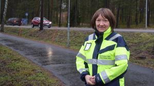 Gatuchef Piia Nordström på gångbana framför Raseborgsvägen.
