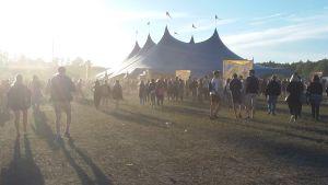 Ett tält på festivalområdet.