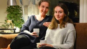 Två kvinnor på en soffa