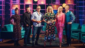 Elämäni Biisi -ohjelman kilpailijat Elena Leeve, Timo Lavikainen, Sami Saikkonen, Jutta Helenius ja Eero Lehtimäki sekä keskellä juontaja Katja Ståhl.