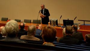 Olavi Kaleva talar på mötet om planerna för en fusion mellan Vasa och Korsholm.