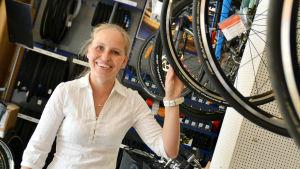 Susanne Westerholm står omringad av cyklar.
