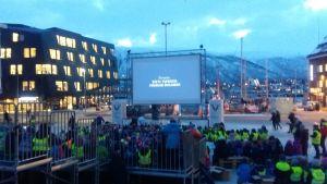 Utebiografen på stortorget i Tromsö invigs med en massa barn i publiken.