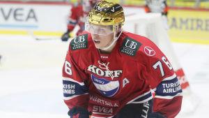Jere Sallinen med guldhjälm och iklädd hockeyutrustning, Helsingfors IFK