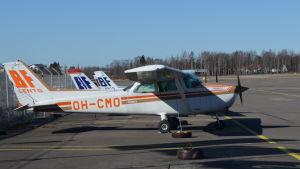litet flygplan på malms station