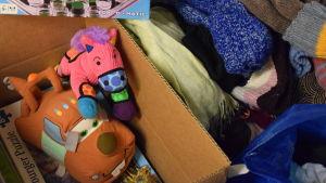 Leksaker och kläder som samlats in för de hjälpbehövande i Pojo.