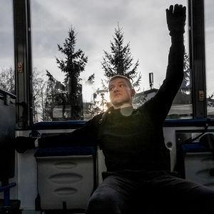 Mikko Huttunen bussissa.