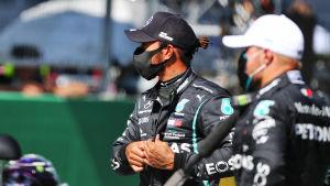Lewis Hamilton och Valtteri Bottas blickar åt sidan.