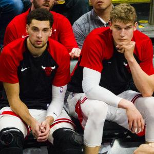 Zach LaVine och Lauri Markkanen sitter på bänken.