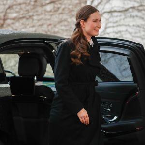 Sanna Marin stiger ur svart bil i Berlin