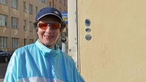 Maja Lindroos i ljusblå vindtygsjacka och solglasögon.