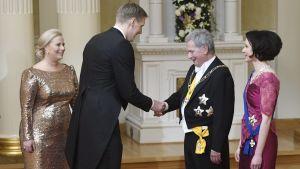 Marko Anttila tar i hand med presidenten på slottsbalen.