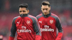 Alexis Sánchez och Mesut Özil värmer upp.